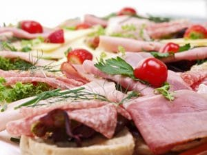belegte brötchen, baguette mit verschiedene füllung, salat